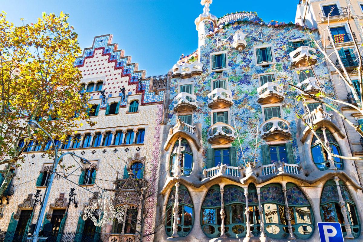 Das Casa Battló in der Passeig de Gràcia an Nummer 43 in Barcelona wurde 1906 fertiggestellt und steht seit 1962 unter Denkmalschutz, Spanien - © peresanz / Shutterstock