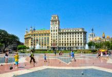 Der riesige Plaça de Catalunya im Zentrum von Barcelona ist mit rund 50.000 Quadratmetern fast so groß wie der Petersplatz in Rom, Spanien - © lornet / Shutterstock