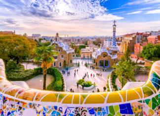 Im Park Güell, ein Vermächtnis von Antonio Gaudí, warten unzählige farbenprächtige Bruchkeramik-Kunstwerke auf ihre Besichtigung, Barcelona, Spanien - © Georgios Tsichlis / Shutterstock