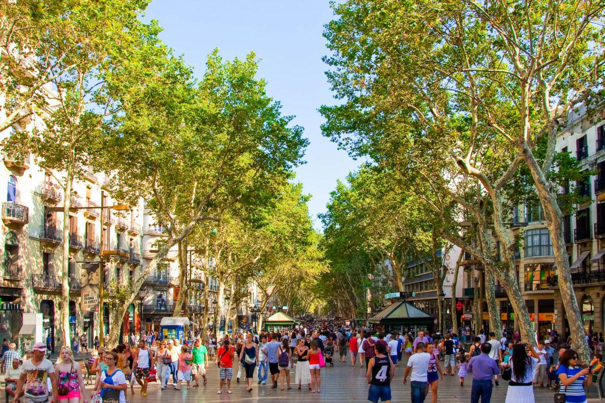 La Rambla, die 1,3 Kilometer lange Flaniermeile führt bis zum Hafen und ist zu einem Wahrzeichen von Barcelona geworden, Spanien - © lornet / Shutterstock