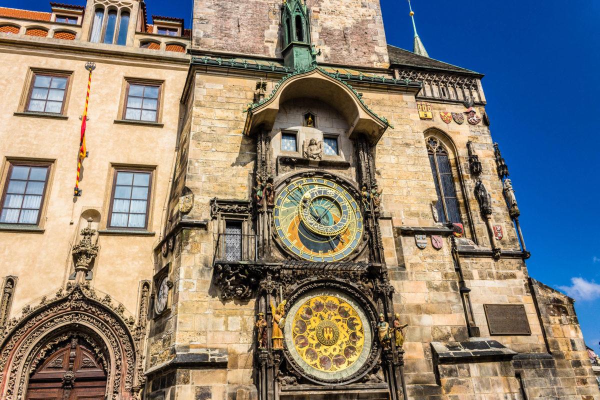 Das Altstädter Rathaus in Prag zieht vor allem aufgrund seiner gigantischen astronomischen Uhr alle Blicke auf sich, Tschechien - © GoneWithTheWind / Shutterstock