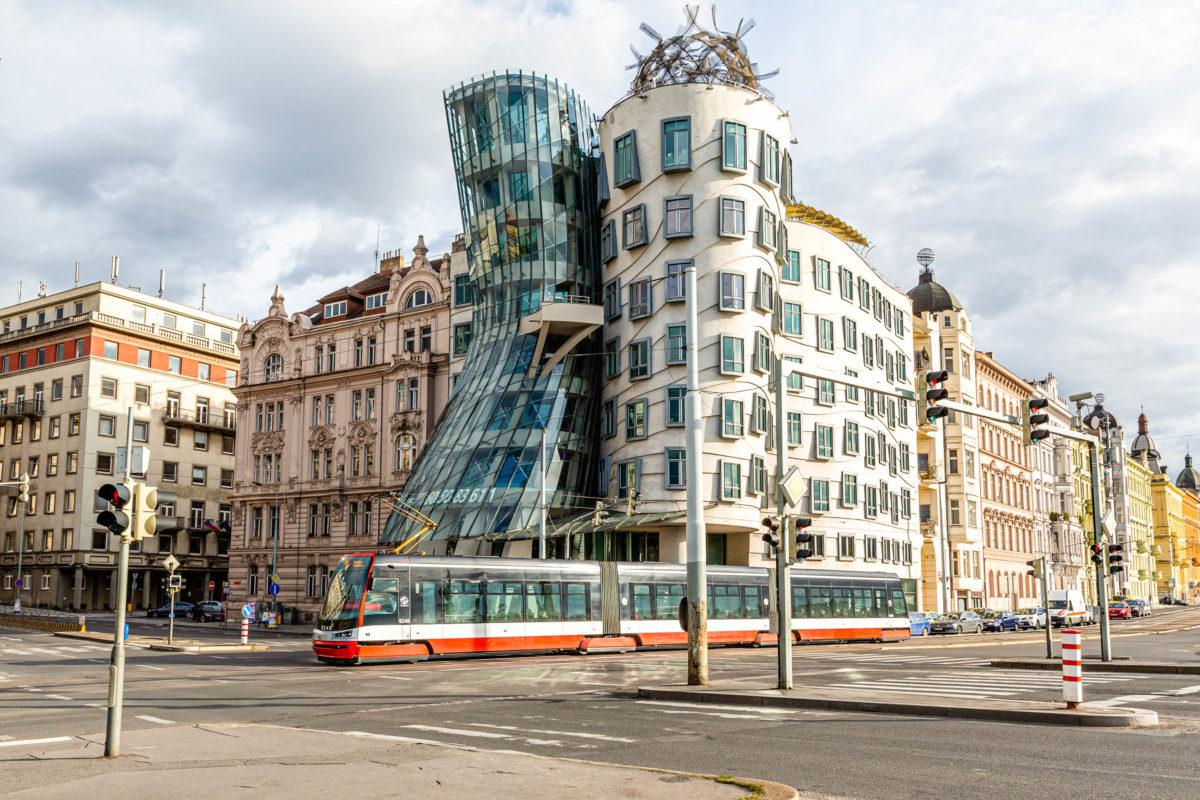 Das Tanzende Haus entstand im Jahr 1996 unter der Leitung des Architekten Frank O. Gehry und liegt in der Nähe der Altstadt, Prag, Tschechien - © Roy Harris / Shutterstock