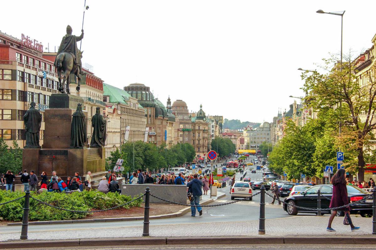 Der gut 700 Meter lange Wenzelsplatz zählt zu den größten Plätzen Europas und wirkt eher wie ein großer Einkaufsboulevard als ein Platz, Prag, Tschechien - © Alejandro Montecatine / Shutterstock