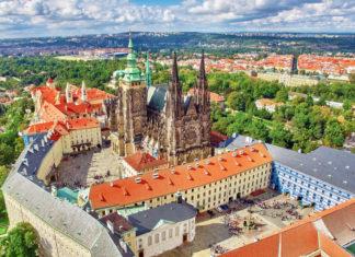 Die weitläufige Prager Burg wurde ab dem 9. Jahrhundert errichtet und ist das größte geschlossene Burgareal der Welt, Tschechien - © V_E / Shutterstock