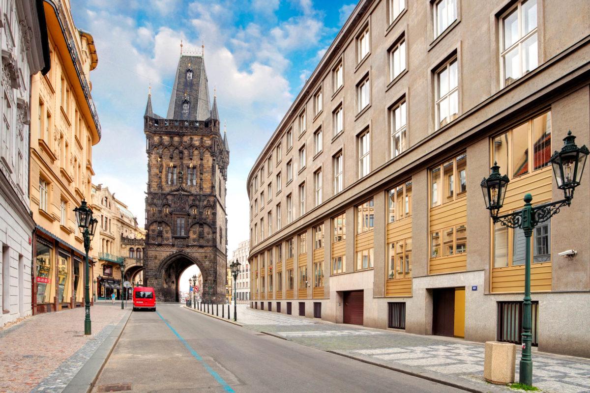 """In der """"Stadt der hundert Türme"""", wie Prag auch genannt wird, ist der Pulverturm am Platz der Republik einer der herausragenden, Tschechien - © TTstudio / Shutterstock"""