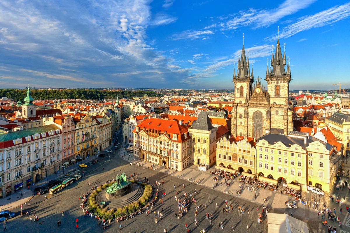 In Zentrum der Prager Altstadt liegt der Altstädter Ring, der älteste Teil von Prag mit Relikten aus einer Zeit, als Prag Handelsmittelpunkt und Residenzstadt war, Tschechien - © Vladimir Sazonov / Shutterstock