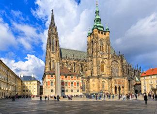 Inmitten der Prager Burg thront unübersehbar der gewaltige Veitsdom., die größte Kirche Tschechiens - © fotorince / Shutterstock