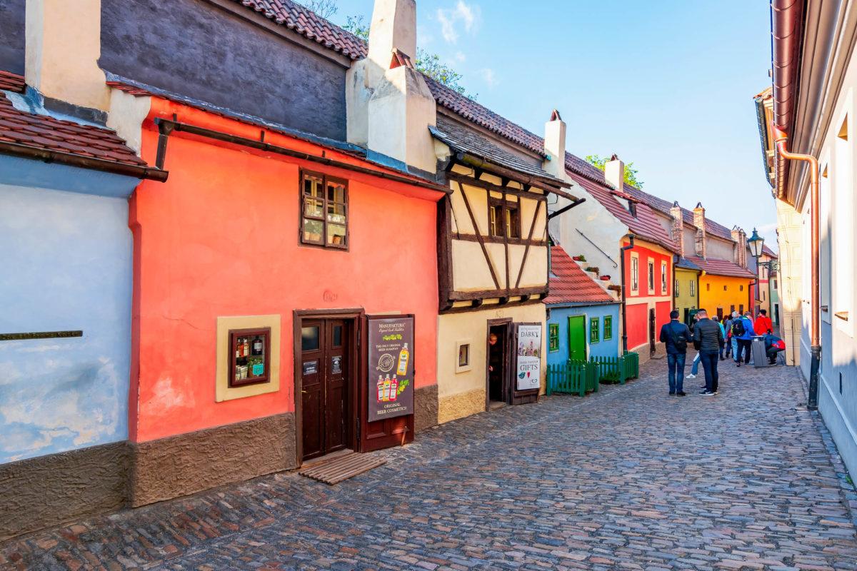"""Rund um die Prager Burg erstreckt sich das Burgviertel Hradschin mit der Alchimistengasse, besser bekannt als """"Goldenes Gässchen"""", Tschechien - © Mistervlad / Shutterstock"""
