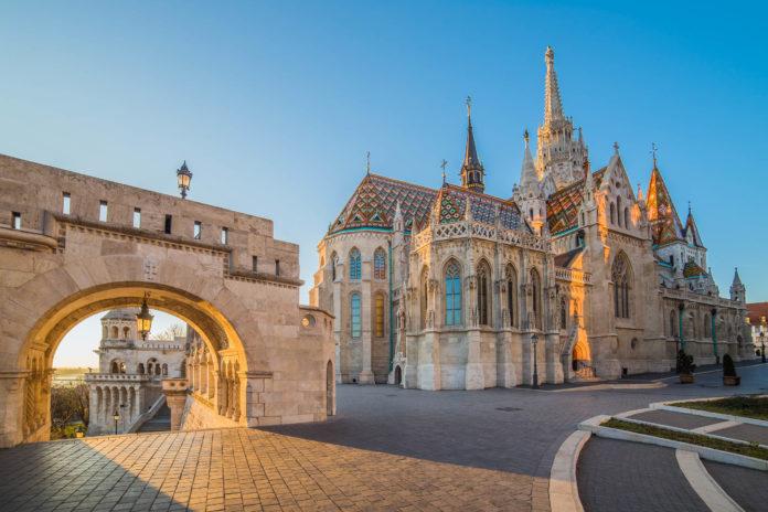 Die prächtige Matthiaskirche thront in Budapest auf dem berühmten Burgberg von Buda, Ungarn - © Kayo / Shutterstock