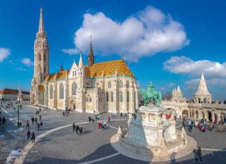 Die Reiterstatue von König Stephan I. mit der unverwechselbaren Matthiaskirche mit ihrem mit farbenprächtigen Kacheln geschmückten Dach, Budapest, Ungarn - © Georgios Tsichlis / Shutterstock