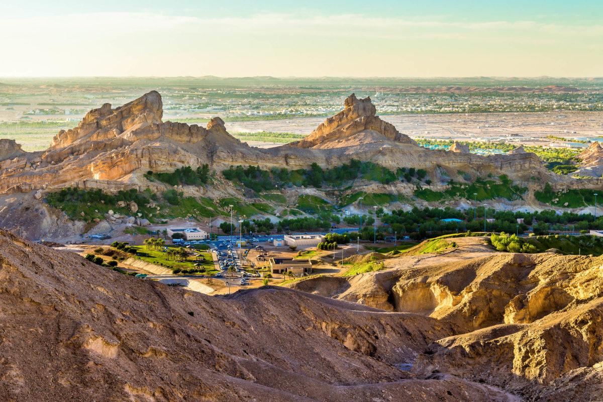 Am Fuß des Jebel Hafeet bei Al Ain, Abu Dhabi, liegt mit der malerischen Oase Green Mubazzarah ein beliebtes Erholungsgebiet, VAE - © Leonid Andronov / Shutterstock