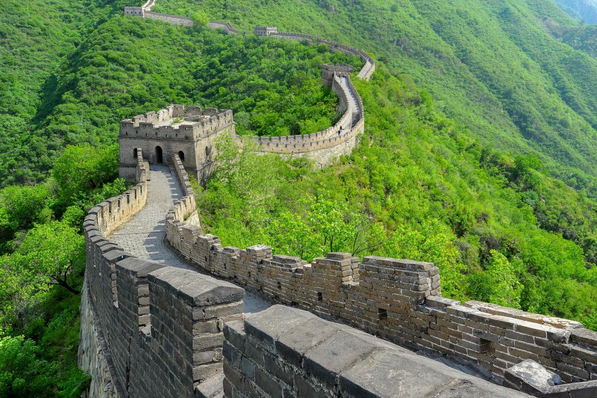 """Die Chinesische Mauer heißt in der Landessprache """"Zhōngguó Chángchéng"""", lange chinesische Mauer und wird auch einfach nur """"Große Mauer"""" genannt - © Hung Chung Chih / Shutterstock"""