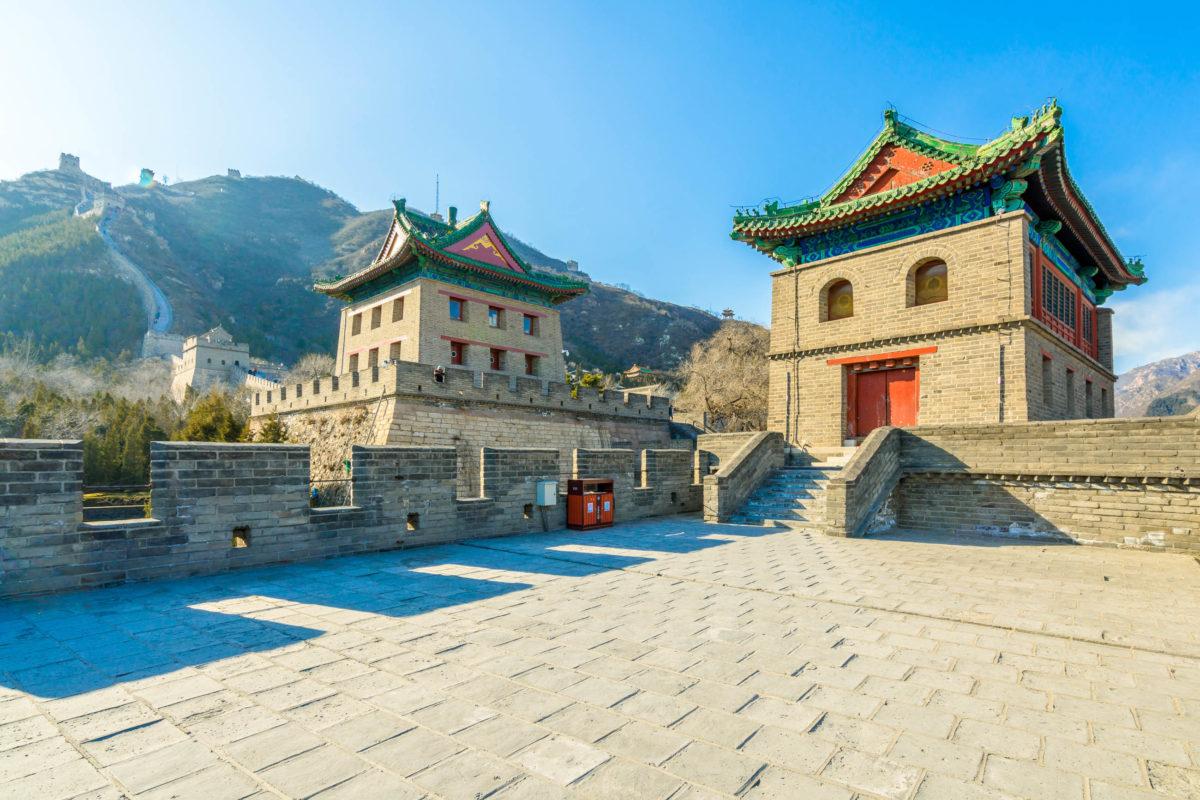 Während der Han-Dynastie wurde die Chinesische Mauer um Türme und zusätzliche Verteidigungsanlagen ergänzt - © Pigprox / Shutterstock