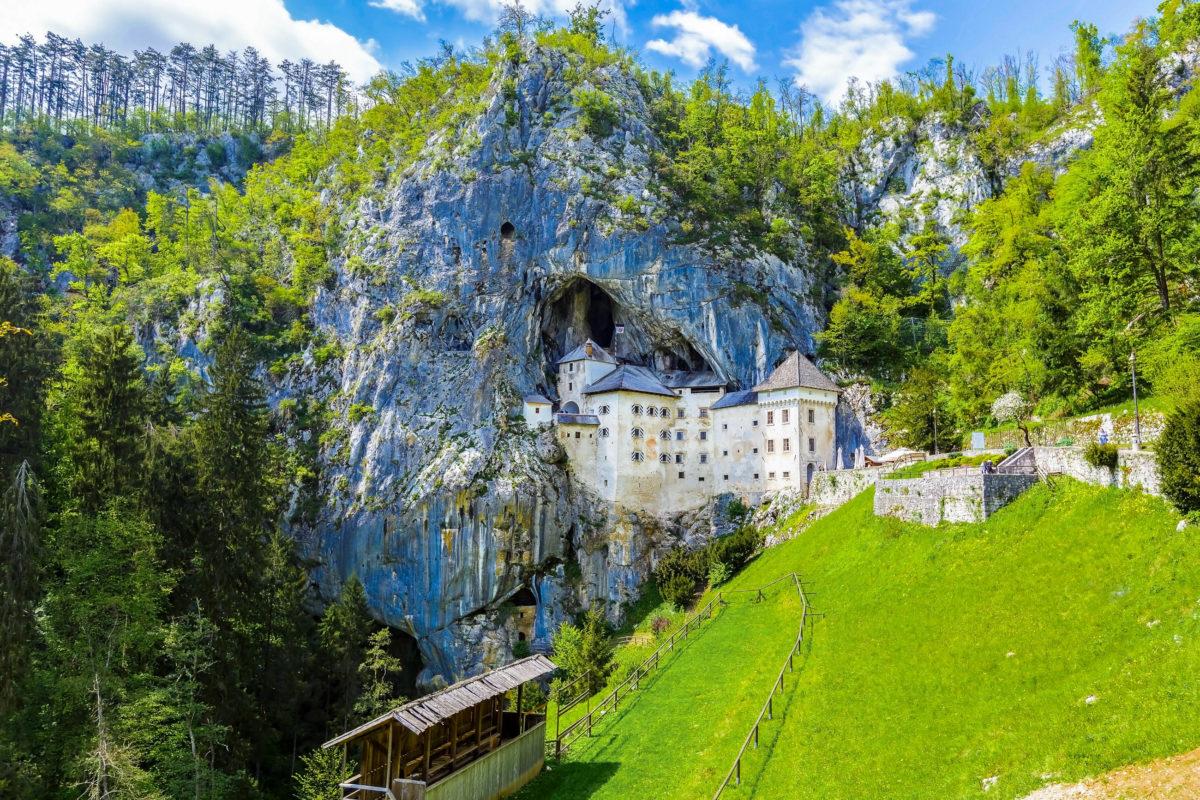 """Da die Höhlenburg """"Predjamski grad"""" von drei Seiten vom Berg geschützt war, galt sie im Mittelalter als uneinnehmbar, Slowenien - © Littleaom / Shutterstock"""