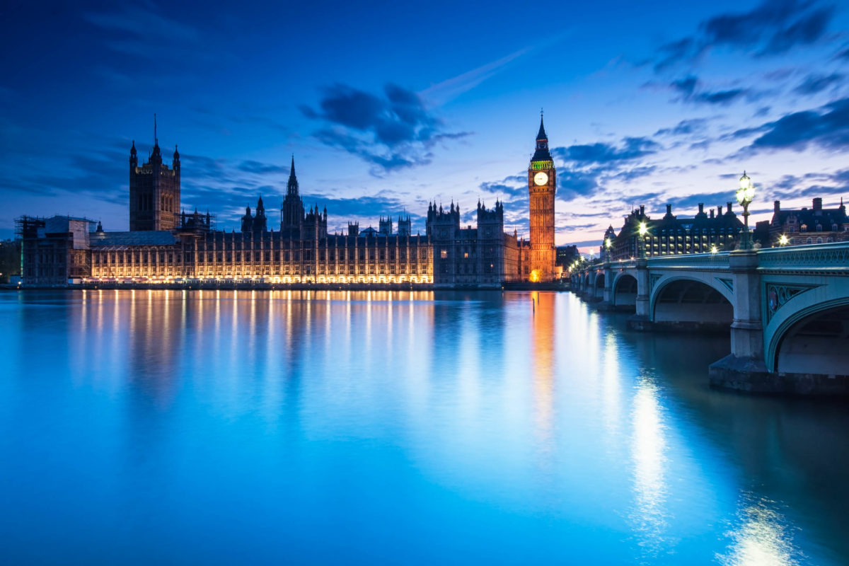 Big Ben and The Houses of Parliament in London nach Sonnenuntergang, Großbritannien - © Botond Horvath / Shutterstock