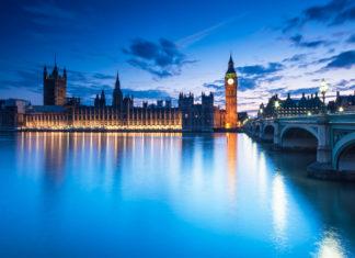Big Ben and The Houses of Parliament in London nach Sonnenuntergang, Großbritannien - © Botond Horvath / Shutterstock
