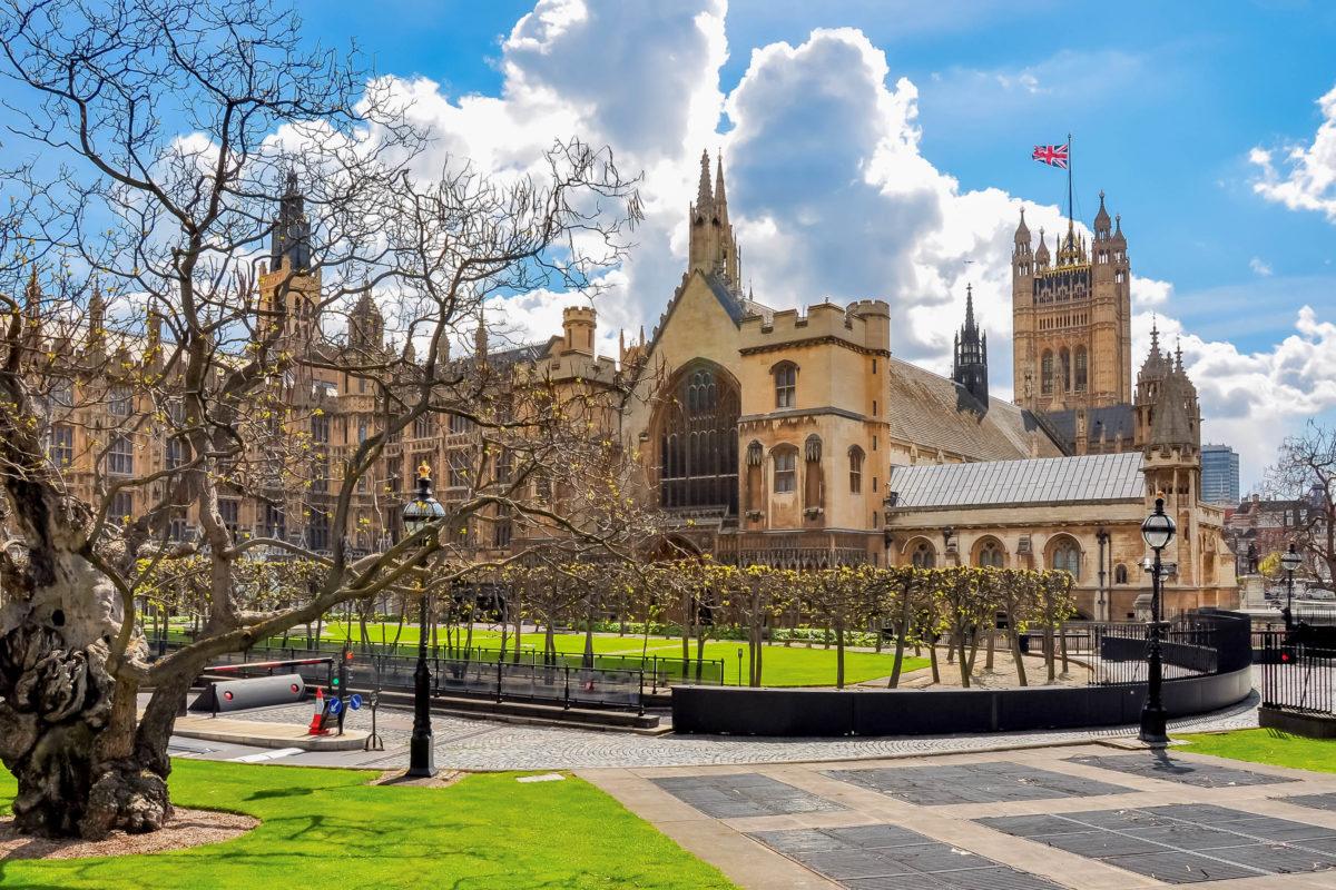 Blick in den Innenhof des Westminster-Palastes und auf den Victoria-Turm, London, Großbritannien - © Mistervlad / Shutterstock
