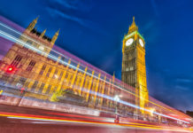 "Die ""Houses of Parliament"" in London, auch bekannt als ""Palace of Westminster"" bei Nacht, Großbritannien - © GagliardiPhotography / Shutterstock"