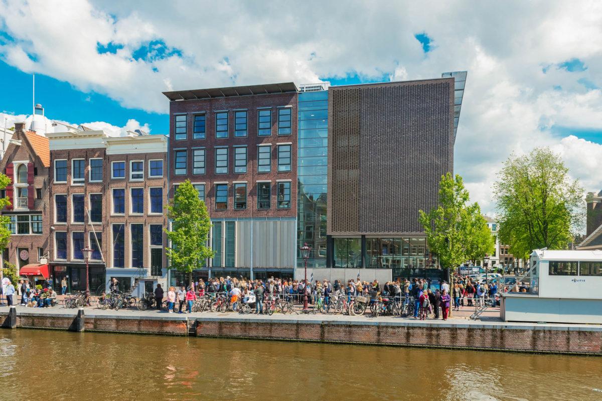Das Anne Frank informiert über die schreckliche Zeit des Zweiten Weltkriegs mit Anne Frank als Hauptfigur, Amsterdam - © Valeri Potapova / Shutterstock