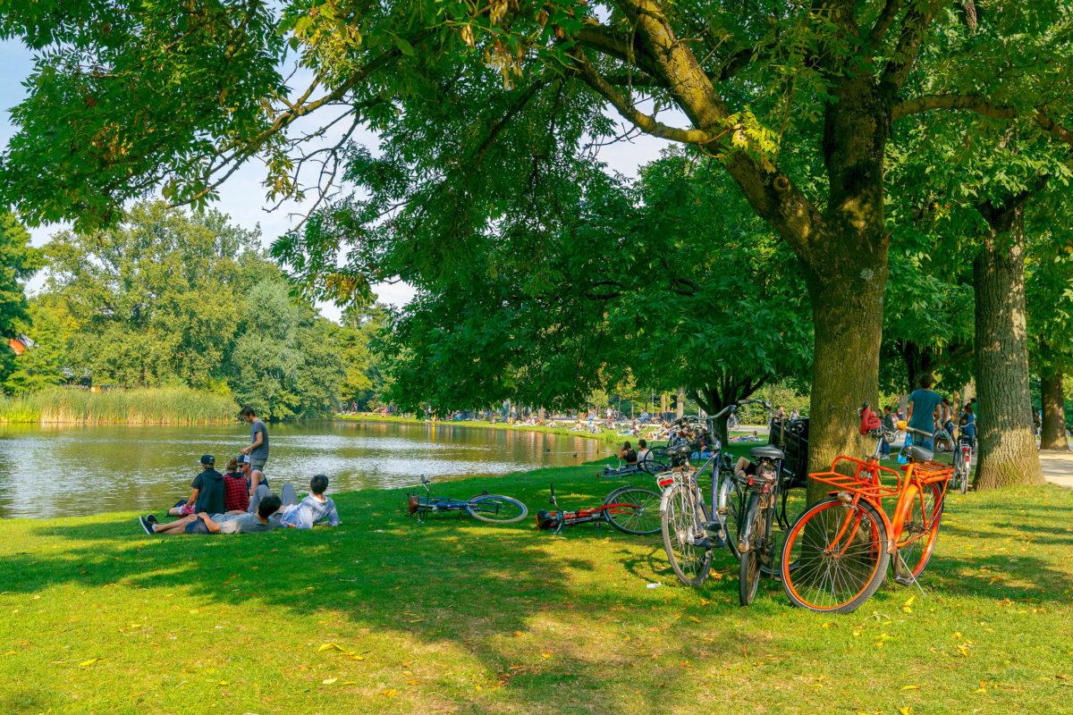 Der Vondelpark ist der älteste und größte Park in Amsterdam und wird jedes Jahr von rund 10 Millionen Menschen besucht, Niederlande - © kavalenkau / Shutterstock