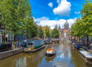 """Die unzähligen Wasserläufe, genannt """"Grachten"""", prägen das Erscheinungsbild von Amsterdam wie kaum sonst etwas in der Stadt, Niederlande - © S-F / Shutterstock"""