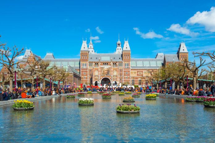 Ein Hauptteil des Rijksmuseums widmet sich der Kunst., es sind rund 8.000 Werke von Rembrandt, Steen, de Hoochs und Vermeer ausgestellt, Amsterdam, Niederlande - © lornet / Shutterstock