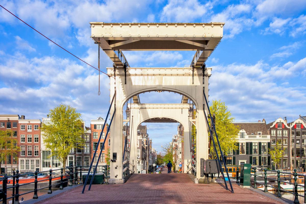 Eine der berühmtesten Brücken Amsterdams ist die Magere Brug, sie wurde 1691 erbaut und hieß damals noch Kerkstraatbrug, Niederlande - © Artur Bogacki / Shutterstock