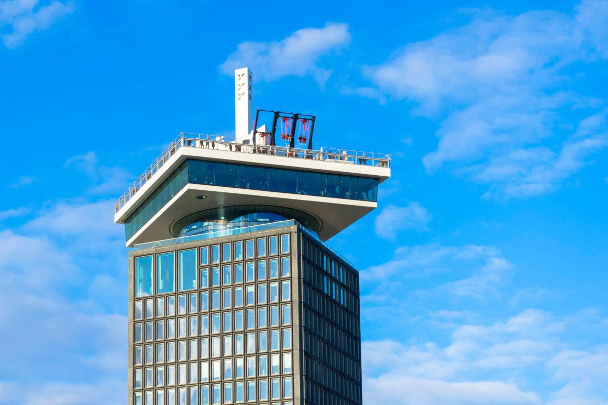 Vom A'DAM Lookout mit 360° Panoramablick nördlich des Amsterdamer Zentrums präsentiert die Stadt aus 100 Metern Höhe, Niederlande - © ben bryant / Shutterstock