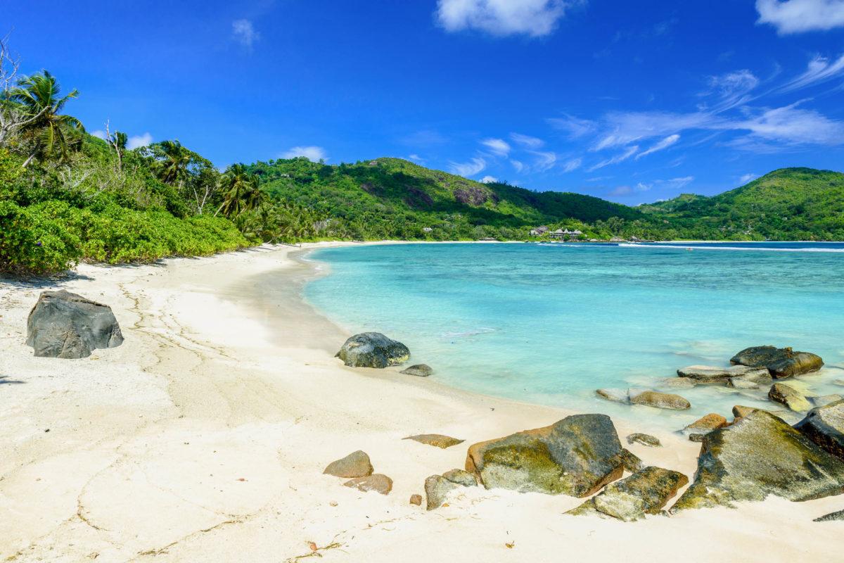 Aufgrund seiner schwierigen Erreichbarkeit ist man auf dem Petit Anse auf Mahé, Seychellen, meist völlig allein - © Simon Dannhauer / Shutterstock