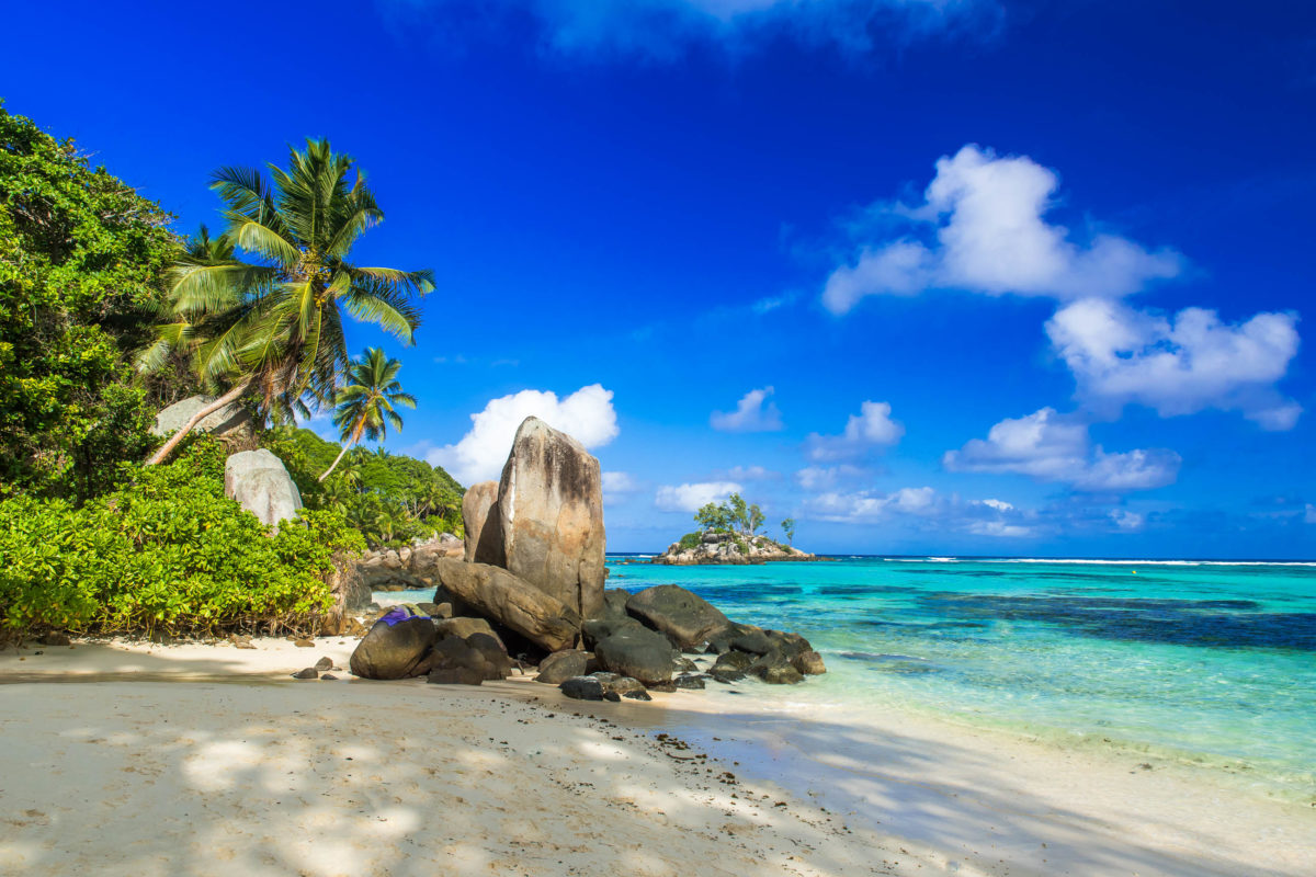 Der Anse aux Pins liegt im Südosten Mahés und eignet sich auch für Nichtschwimmer, Seychellen - © Simon Dannhauer / Shutterstock