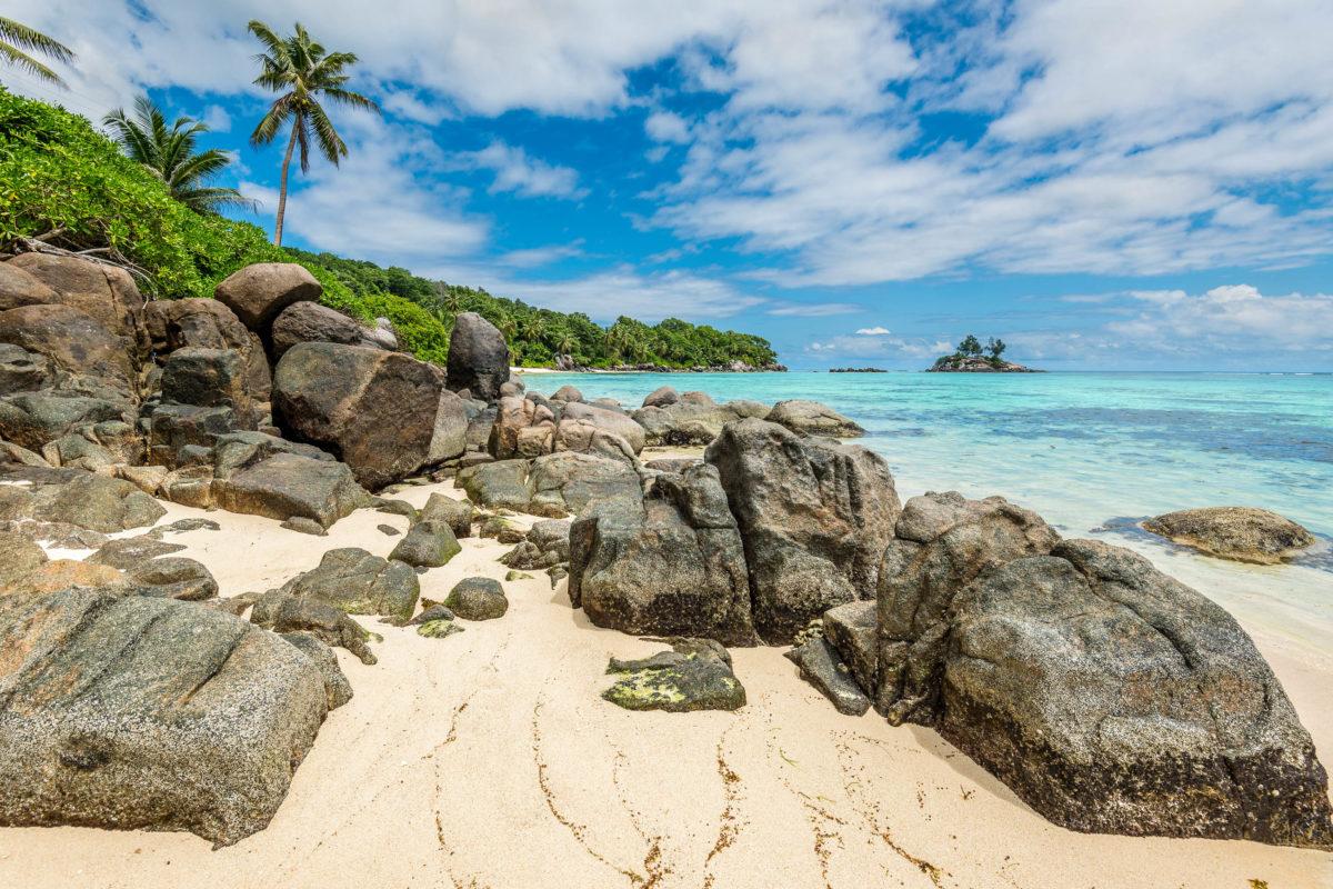 Der Anse Royale zieht sich an der gesamten Südostküste Mahés entlang von Fairyland bis nach Anse Royale, Seychellen - © byvalet / Shutterstock