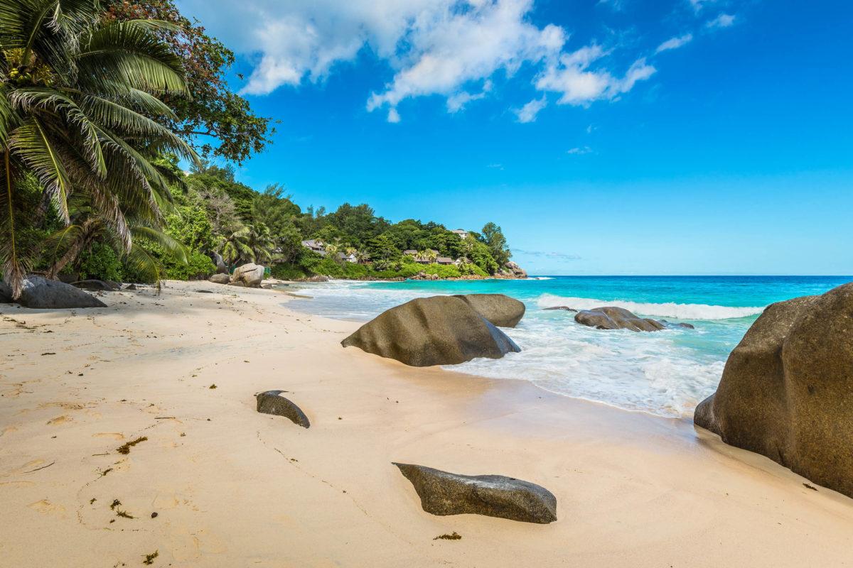Der malerische Carana Beach auf Mahé ist aufgrund des steil abfallenden Meeresbodens und Unterwasserströmungen auch für gute Schwimmer gefährlich - © byvalet / Shutterstock