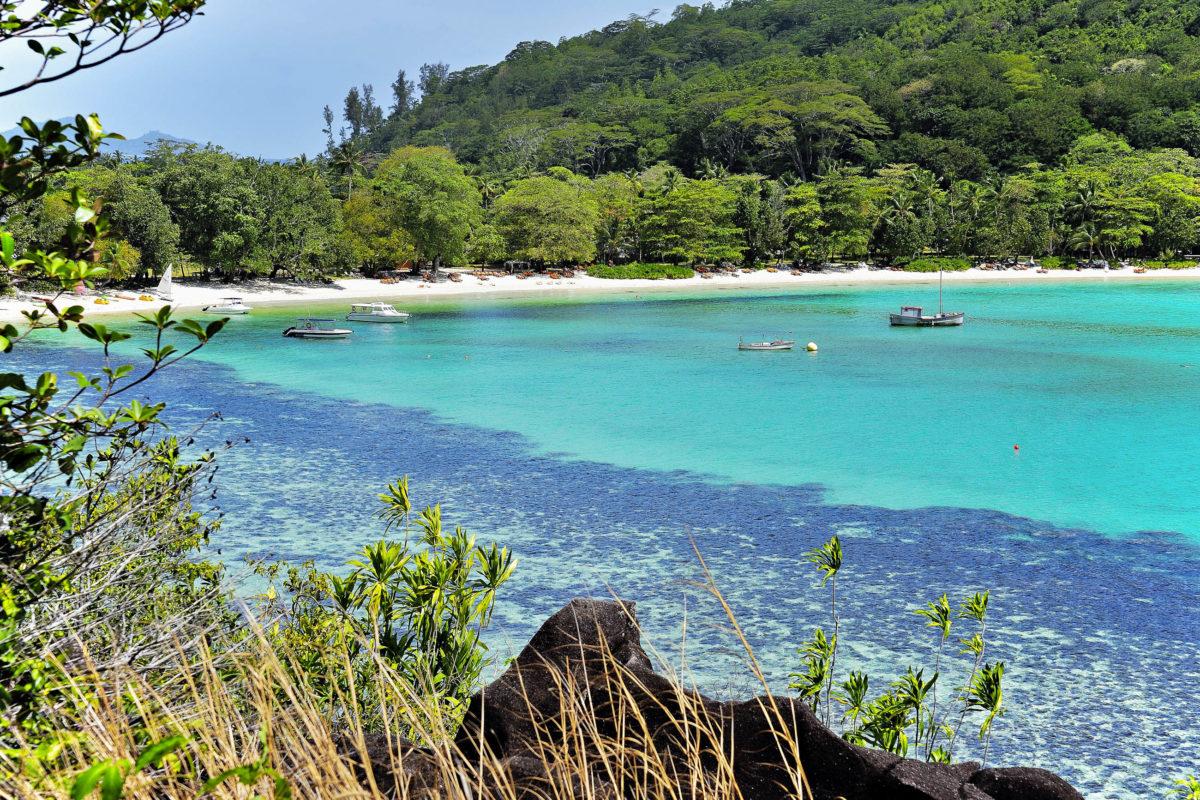 Die Baie Ternay im Westen von Mahé, Seychellen, ist ein absolut ruhiges Paradies aus schneeweißem Sand und türkisblauem Meer - © JFFotografie / Shutterstock