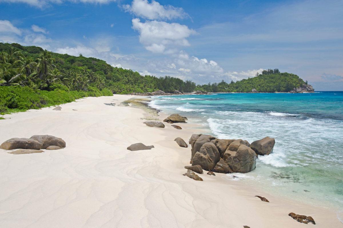 Die Police Bay an der südwestlichsten Spitze von Mahé ist aufgrund der gefährlichen Strömungen zum Schwimmen nicht geeignet, Seychellen - © Air Images / Shutterstock