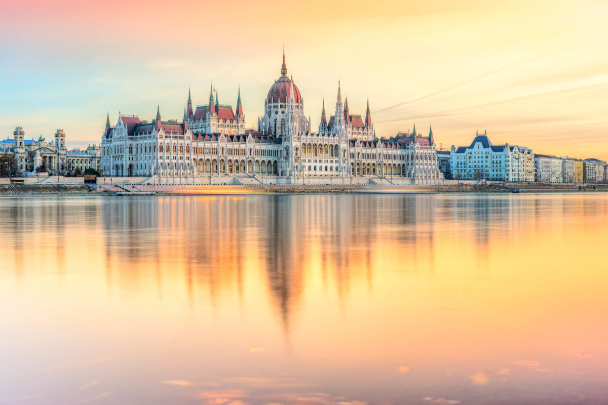 Blick auf das Budapester Parlament bei Sonnenuntergang, Ungarn - © Luciano Mortula - LGM / Shutterstock