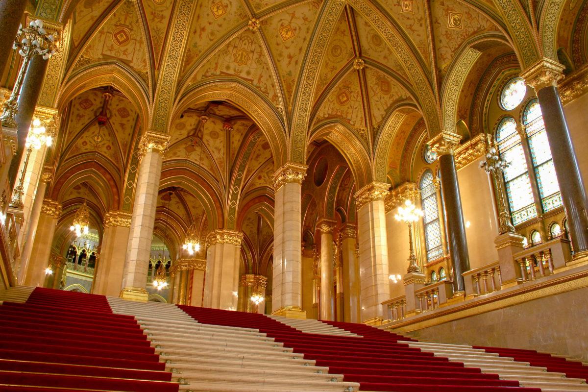 Das Parlament in Budapest kann über 27 verschiedene Eingänge betreten werden, es gibt 29 Treppenhäuser und 691 Räume, Ungarn - © Szasz-Fabian Jozsef / Shutterstock