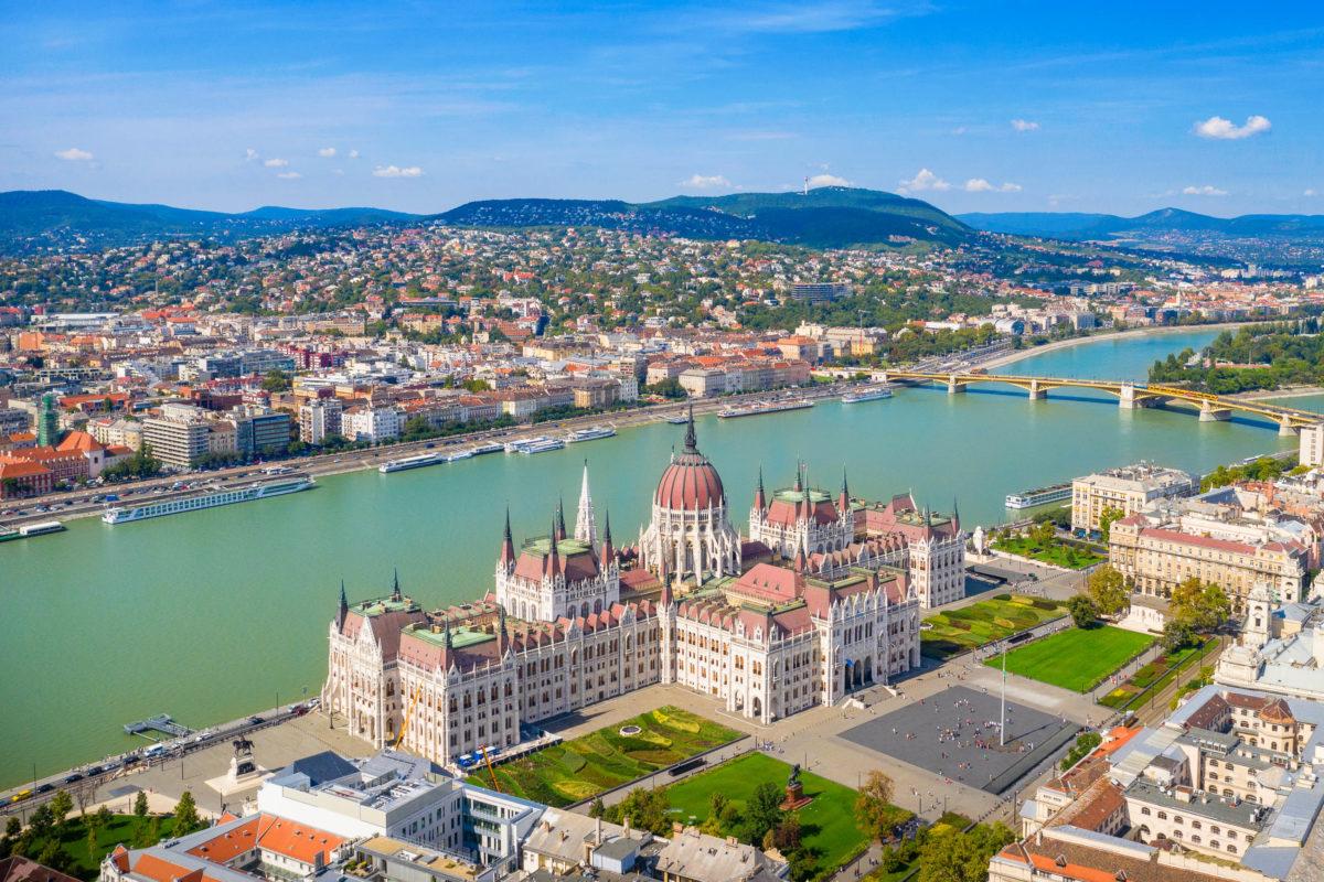 Das ungarische Parlamentsgebäude liegt im Zentrum von Budapest direkt am Ufer der Donau und zählt zu den Wahrzeichen der Stadt - © zstock/ Shutterstock