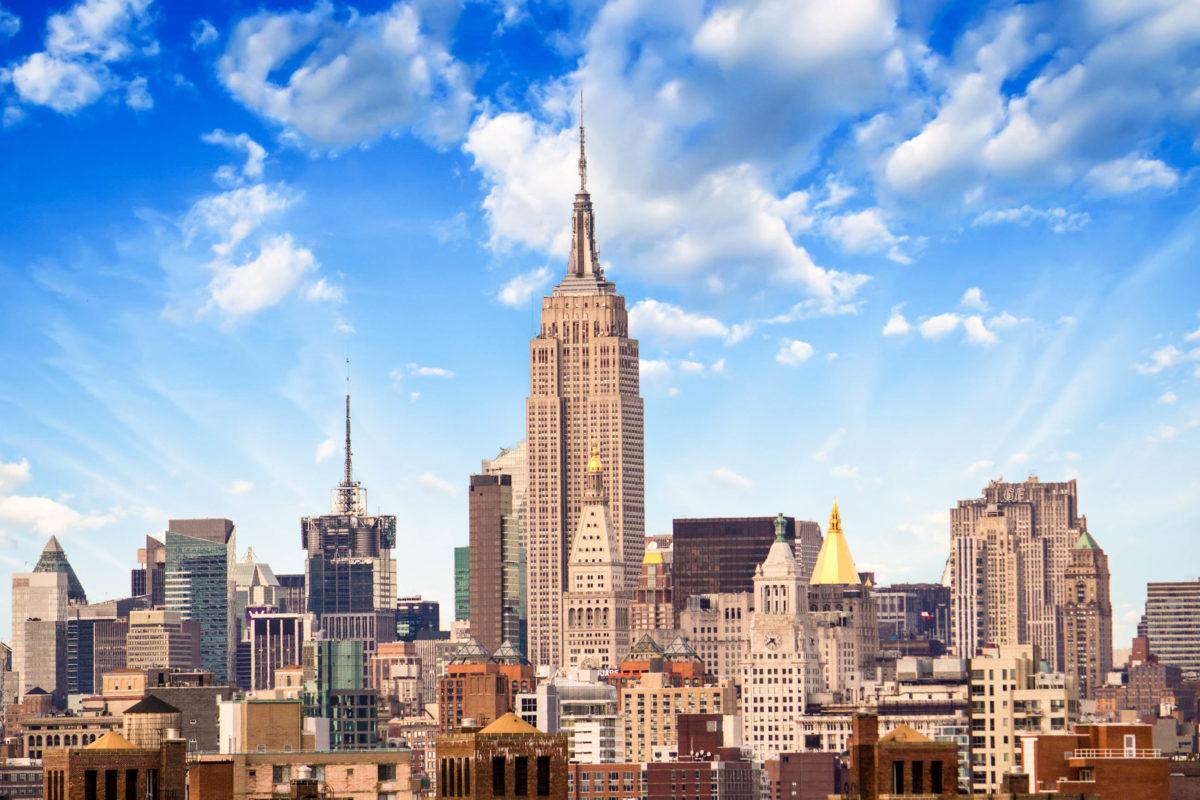 Das durch seine ästhetische Art-déco-Form weltweit bekannte Empire State Building in der Nachmittagssonne von New York, USA - © gagliardifoto / Shutterstock