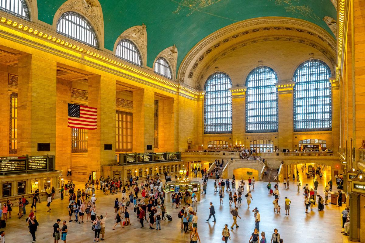 Das Grand Central Terminal ist ein offizielles historisches Wahrzeichen von New York und der Bahnhof mit den meisten Gleisen der Welt, USA - © Ong.thanaong / Shutterstock