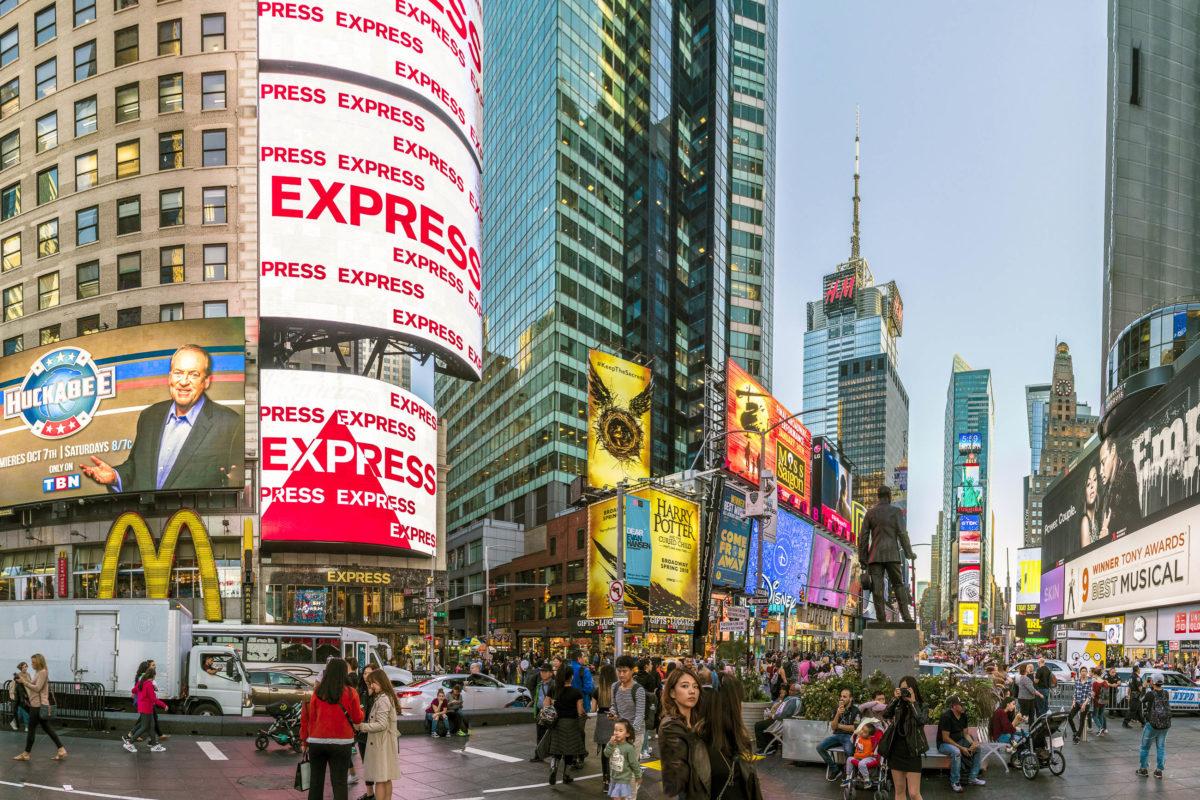 Der Times Square ist der wohl berühmteste Platz New Yorks - hier liegt auch eine weltbekannte Straße: Der Broadway, USA - © travelview / Shutterstock