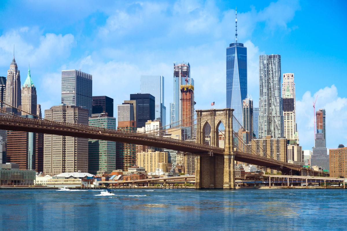 Die 530 Meter lange Brooklyn Bridge in New York überquert den East River und gehört zu den ältesten Hängebrücken der USA - © Maglara / Shutterstock