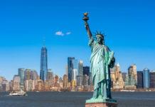 Die fast 100 Meter hohe Freiheitsstatue in New York war ein Geschenk des französischen Volkes an die Vereinigten Staaten - © TZIDO SUN / Shutterstock