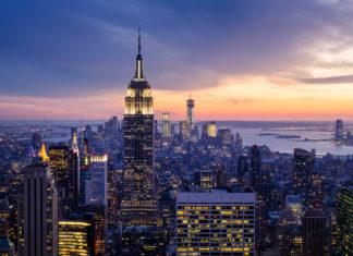 New York City mit Wolkenkratzern bei Sonnenuntergang, USA - © Mihai Simonia / Shutterstock
