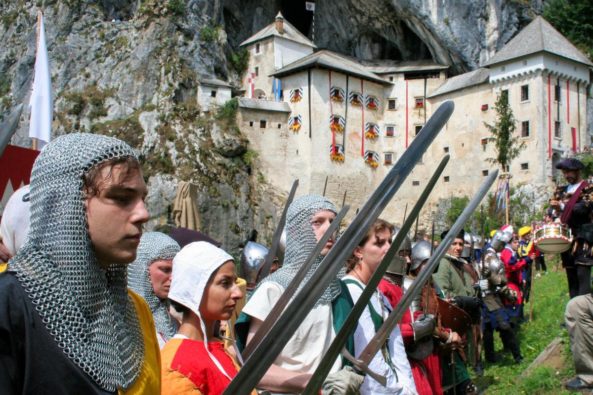 Zur Erinnerung an die Ritter der damaligen Zeit werden jedes Jahr im Juli Ritterspiele an der Höhlenburg von Predjama veranstaltet, Slowenien - © sofhie98anderson / Shutterstock