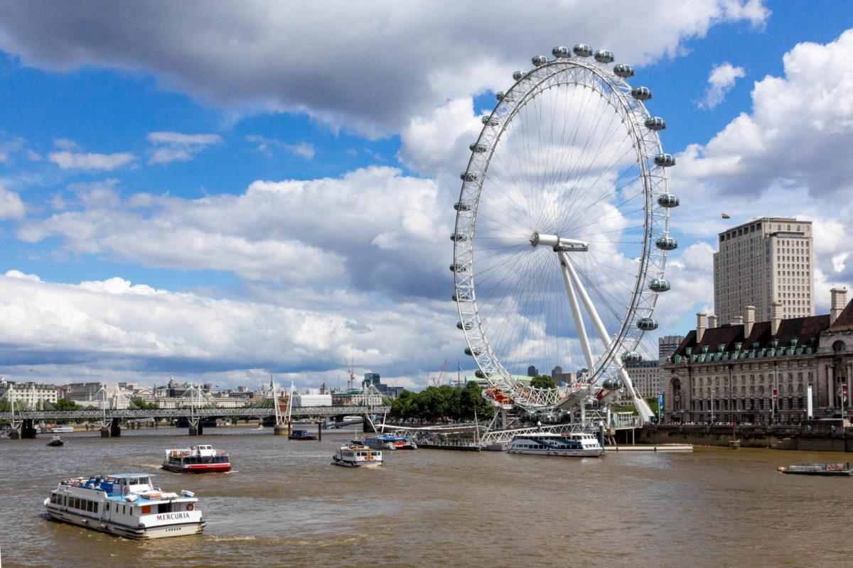 Der Bau des London Eye wurde im Jahr 1998 gestartet. Es wurde im liegenden Zustand zusammengesetzt und im September 1999 aufgerichtet, Großbritannien - © Cantemir Olaru / Shutterstock