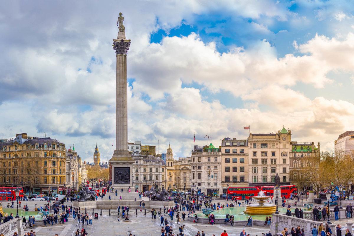 Der Trafalgar Square markiert am Kreuzungspunkt der großen Einkaufsstraßen Whitehall, The Mall und Pall Mall das pulsierende Zentrum von London, Großbritannien - © ExFlow / Shutterstock