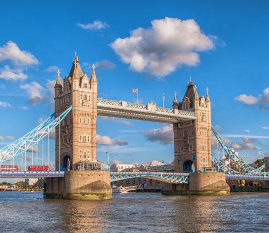 Die Tower Bridge wurde 1894 eröffnet und ist die wohl bekannteste Brücke Londons und eine der schönsten der Welt - © Simon Lukas / Shutterstock