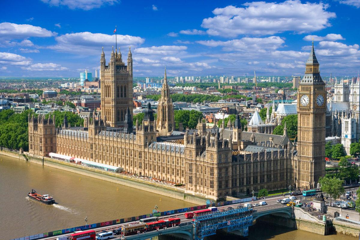 Luftaufnahme des Parlamentsgebäudes in London mit Victoria Tower, Big Ben und Westminster Bridge, Großbritannien - © Premier Photo / Shutterstock