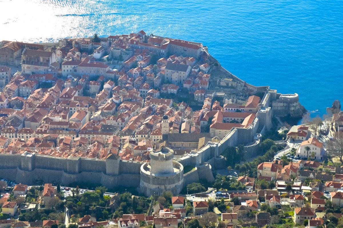 Blick vom Brdo Srd (Sergiusberg) auf die Altstadt von Dubrovnik; gut zu sehen ist die Stadtmauer mit der wuchtigen Bokar-Festung im Vordergrund, Kroatien - © FRASHO / franks-travelbox