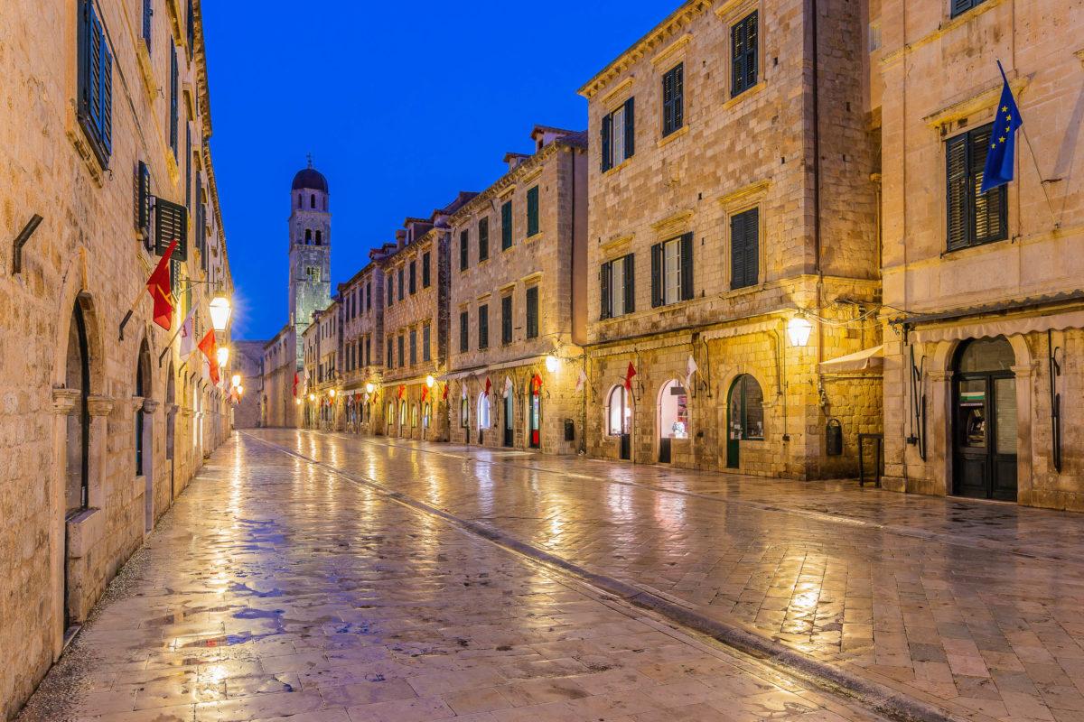 Die Stradun, die 300 Meter lange Fußgängerzone zwischen dem Ploče-Tor und dem Pile-Tor wird gern als Hauptstraße von Dubrovniks Altstadt bezeichnet, Kroatien - © emperorcosar / Shutterstock